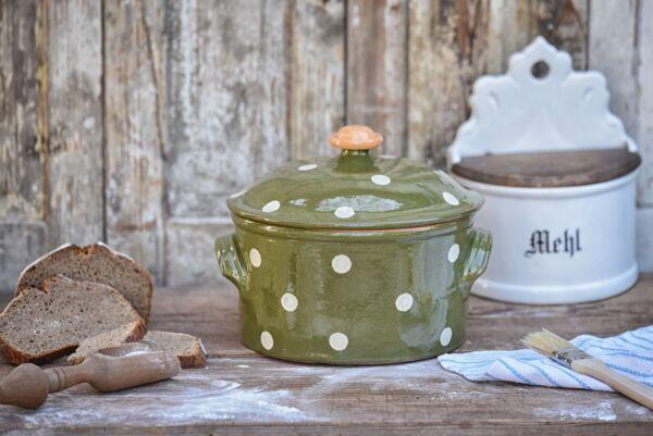 Für Liebhaber von runden Broten ist unsere Cocotte genau das Richtige. Dieser Brotbacktopf aus Keramik ist zum Brotbacken in Holzbacköfen bestens geeignet. Der Elsässer Ton speichert optimal die Hitze und gibt sie gleichmäßig an den Brotteig ab. Das Ergeb