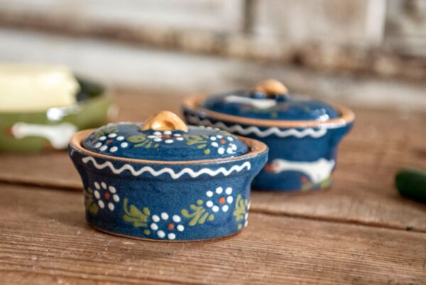 """Die kleinste unserer Terrinen ist perfekt geeignet zur Präsentation von Schmalz oder Butter. Auch für kleine Beilagen zum Essen wie z. B. Oliven oder Cornichons oder als """"Gruß aus der Küche""""."""