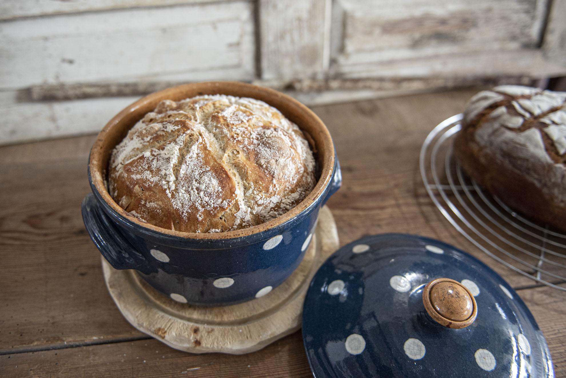 Weißbrot aus französischem Baguettemehl im Topf gebacken