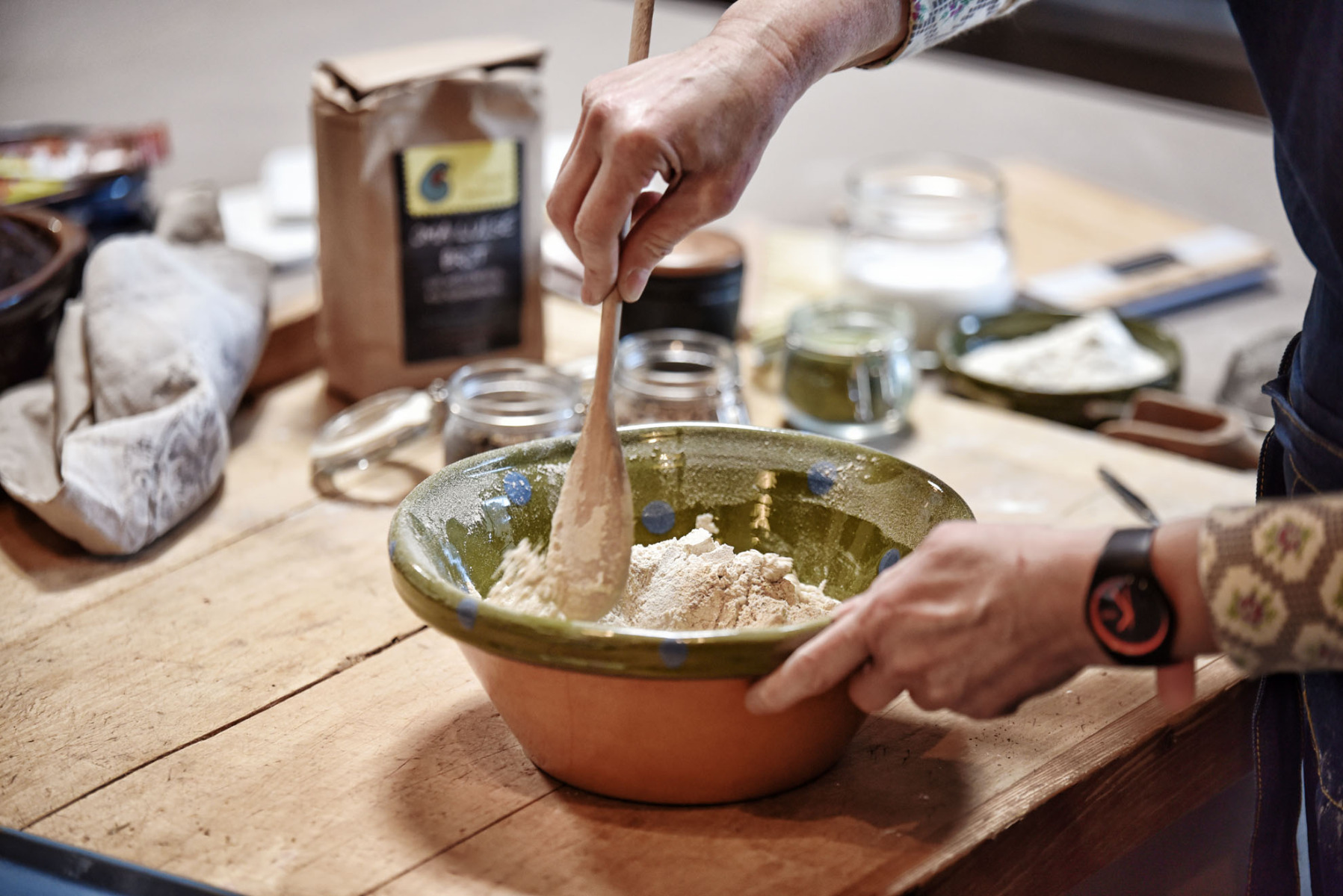 Brotteig-Zubereitung - Holzlöffel rühren