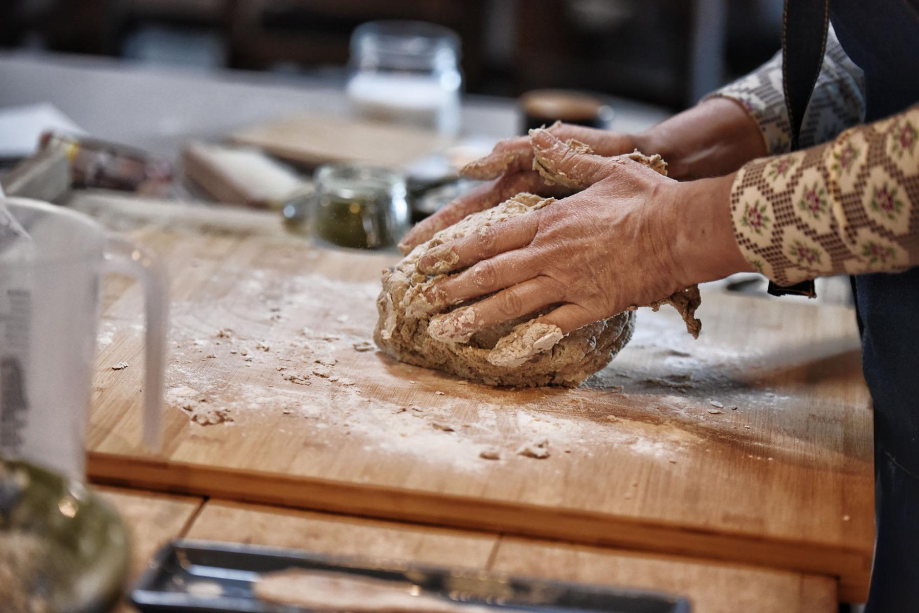 Brotteig-Zubereitung - Kneten Holzbrett
