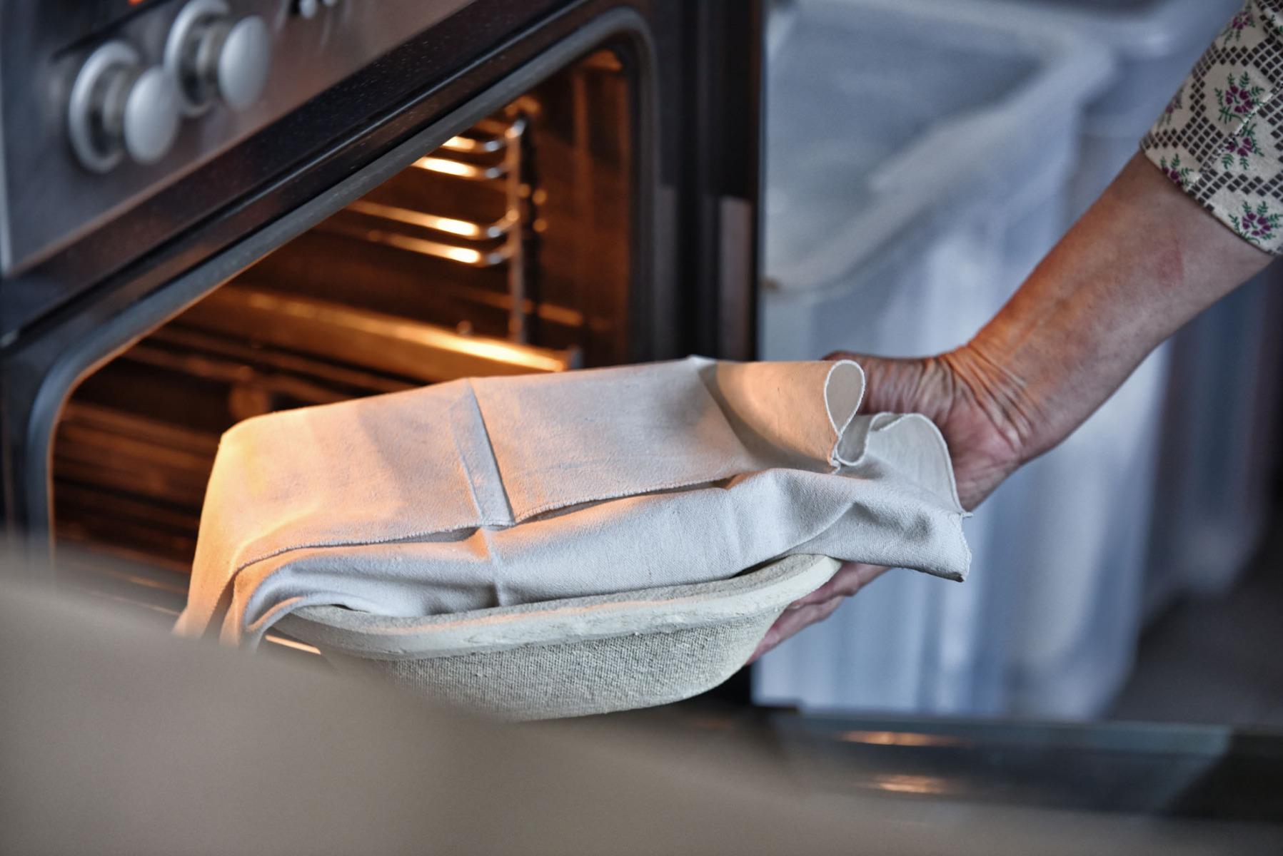 Brotteig-Vorbereitung - Teig zum Gehen im Gärkorb in den Ofen