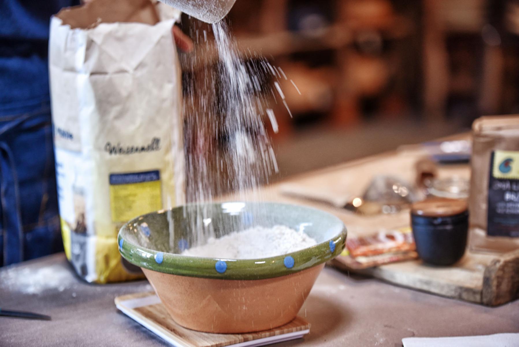 Mehl in Schüssel